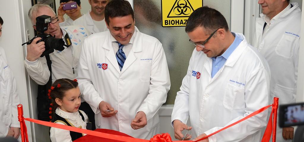 Nis, 12. aprila 2017.- Ministar poljoprivrede i zastite zivotne sredine Branislav Nedimovic (D) i direktor VSI Milos Petrovic (L) tokom obilaska. Ministar poljoprivride i zastite zivotne sredine Branislav Nedimovic otvorio je u Veterinarskom specijalisticckom institutu ''Nis'' novu laboratoriju za bakterijske zoonoze i molekularnu dijagnostiku, jednu od najsavremenijih u srbiji i regionu. FOTO TANJUG/ DIMITRIJE NIKOLIC/ nr